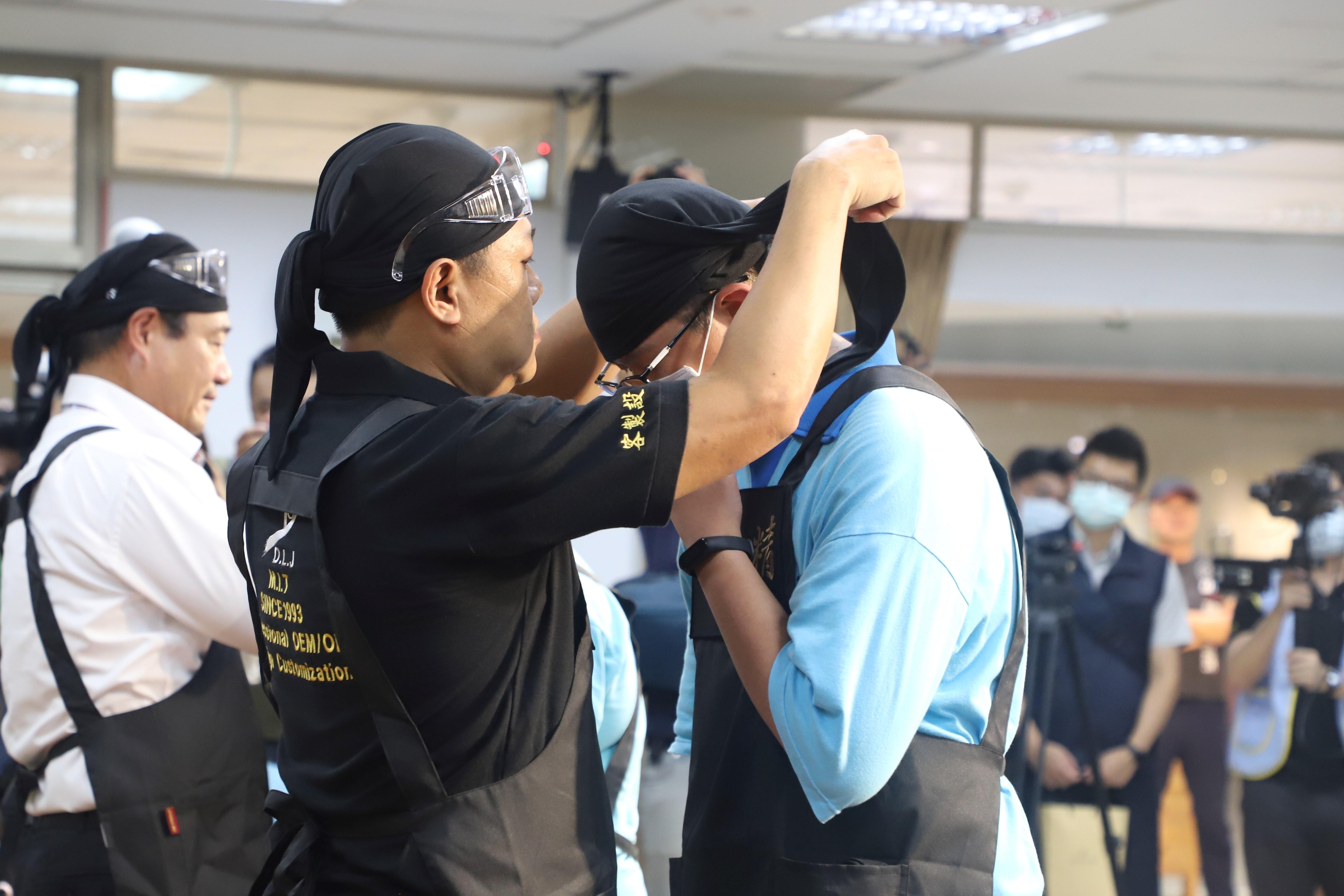 2.東龍珠鑽石集團廠長李正文擔任師傅代表,為學生戴上職人頭巾,表示薪火相傳