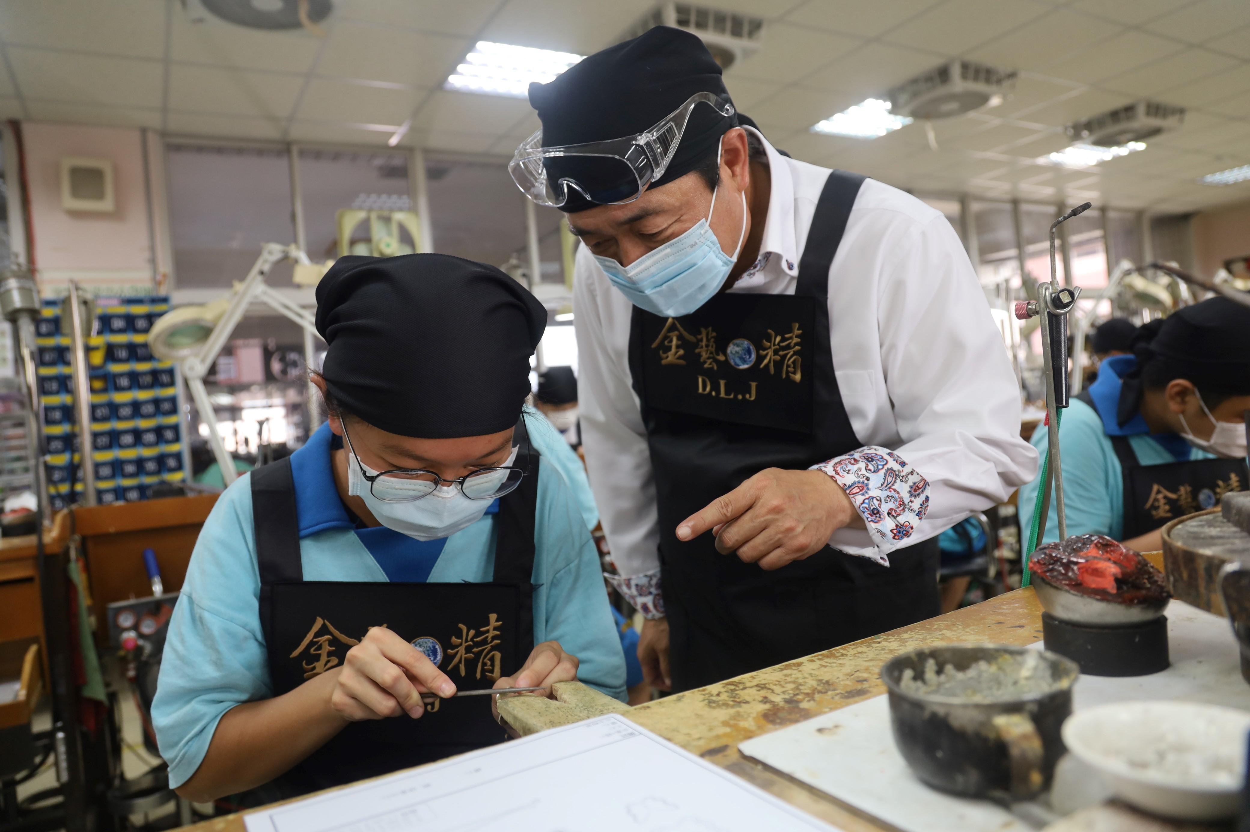 5.珠寶金工班課程讓學生從試探職能、傳承資深業師技術並能進一步專研技術能力